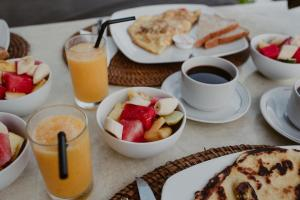 Breakfast options available to guests at Rock'n Reef
