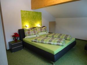 Postel nebo postele na pokoji v ubytování Gästehaus Bergrast