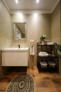A bathroom at Aldo Apartments Center