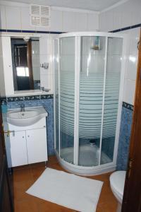 A bathroom at Mama Yé