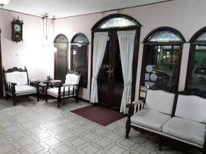 A seating area at Hotel Alcázar