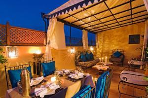 Ein Restaurant oder anderes Speiselokal in der Unterkunft Riad Cinnamon by Marrakech Riad