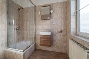 A bathroom at Penzion Homér Slaný