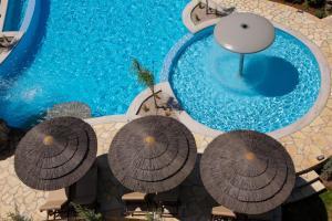 Vista sulla piscina di Villa Elia o su una piscina nei dintorni