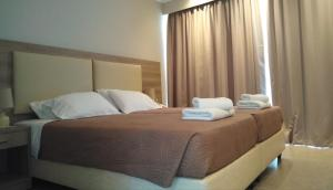 A bed or beds in a room at Golden Sunset
