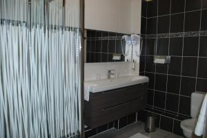 A bathroom at The Originals City, Hôtel Cathédrale, Lisieux (Inter-Hotel)
