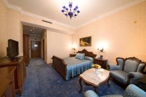 A bed or beds in a room at Grand Hotel London