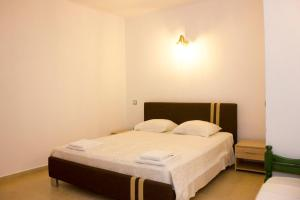 A bed or beds in a room at Sahas Apartments