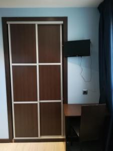 A television and/or entertainment center at Hostal Avenida Barajas
