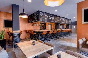 A restaurant or other place to eat at ibis Styles Bamberg