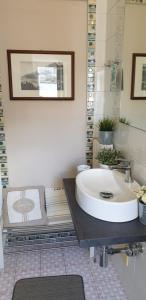 A bathroom at Un Tetto Di Stelle Deluxe Home