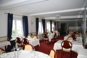 A restaurant or other place to eat at Hôtel Restaurant Le Dauphin
