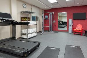 The fitness centre and/or fitness facilities at Home2 Suites By Hilton Orlando Near Universal