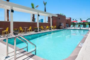 The swimming pool at or close to Home2 Suites By Hilton Orlando Near Universal