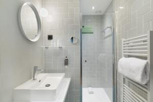A bathroom at Hôtel Diana Restaurant & Spa by HappyCulture