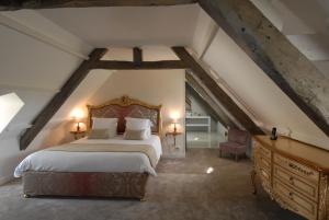 A bed or beds in a room at Domaine de Bayeux