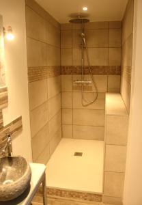 A bathroom at Le clos Darwin - chambres d'hôtes