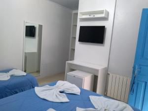 Uma TV ou centro de entretenimento em Pousada Recanto Alpino