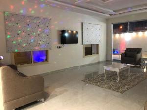 Uma TV ou centro de entretenimento em Almasa Chalet