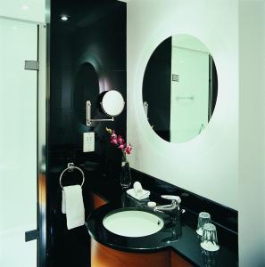 A bathroom at Five Lakes Resort