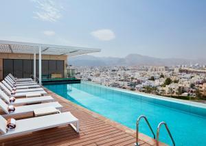 المسبح في Hilton Garden Inn Muscat Al Khuwair أو بالجوار