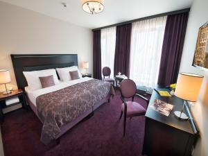 Letto o letti in una camera di EA Embassy Prague Hotel