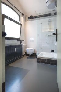 A bathroom at Alibi Hostel Leeuwarden