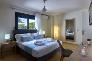 A bed or beds in a room at Villa Thallos
