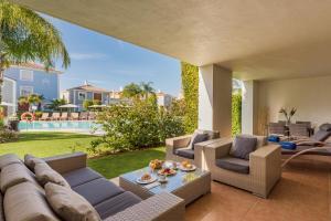Een zitgedeelte bij Cortijo Del Mar Resort