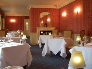 A restaurant or other place to eat at Esseborne Manor