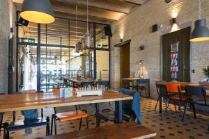 A restaurant or other place to eat at Alibi Hostel Leeuwarden