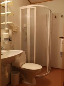 Salle de bains dans l'établissement Tana Hotel & Camping