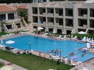 Uitzicht op het zwembad bij Summerland Hotel of in de buurt