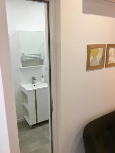 A bathroom at studio scandinave au calme avec jardinet