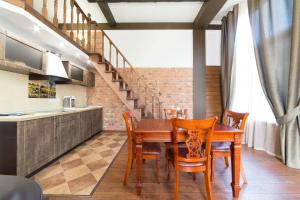 Кухня или мини-кухня в Апартаменты 12