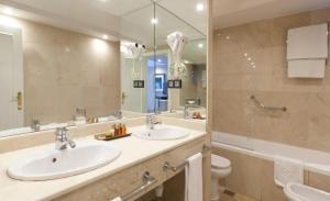 Ett badrum på Los Monteros Marbella Hotel & Spa