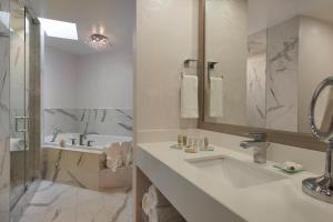 A bathroom at White Oaks Conference & Resort Spa