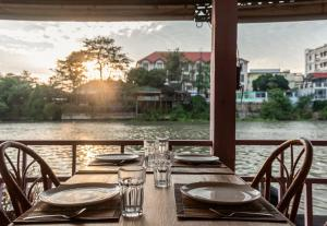 A restaurant or other place to eat at Ayothaya Riverside Hotel