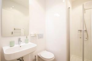 A bathroom at Alto Mar Inn