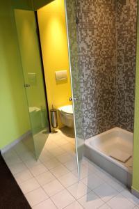 A bathroom at Arthotel ANA Hafen City