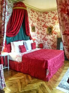 A bed or beds in a room at Château de Chantore