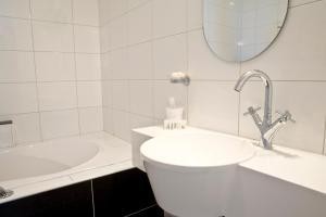 A bathroom at A Small Hotel