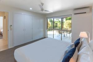 A bed or beds in a room at Cooinda Gardens