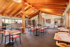 A restaurant or other place to eat at Quality Inn Carriage House