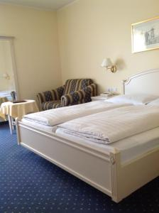 A bed or beds in a room at Hotel Weingarten