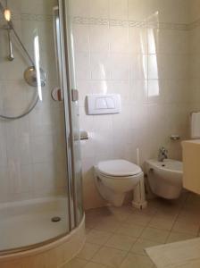A bathroom at Hotel Weingarten
