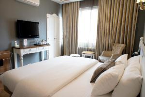 سرير أو أسرّة في غرفة في فندق ماي دورا