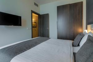 A bed or beds in a room at Hotel Cismigiu