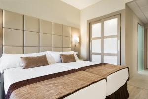 A bed or beds in a room at Hotel Best Front Maritim