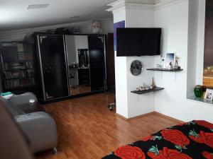 Uma TV ou centro de entretenimento em AZADLIG Avenue 5 Apatment 4 bedrooms
